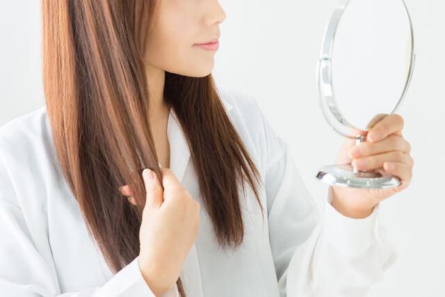 髪のボリュームを気にしている女性イメージ